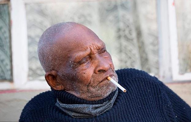 南非最长寿老人庆祝116岁生日,称疫情中最糟糕的是买不到香烟
